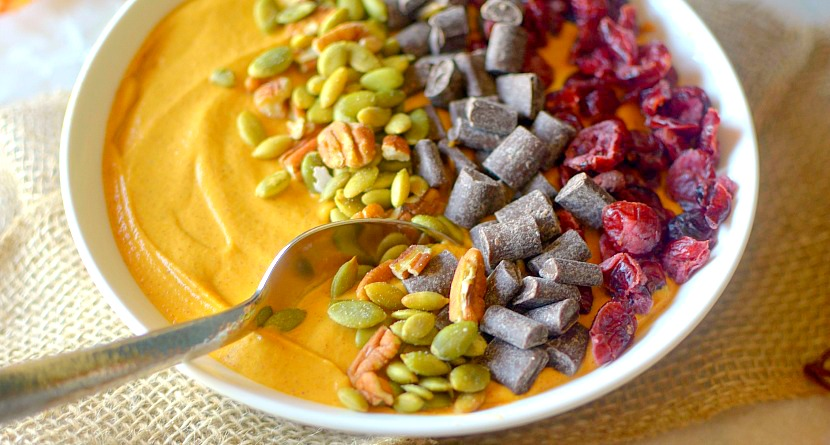 """Love all things pumpkin and gingerbread? Make this high-protien Pumpkin Gingerbread Smoothie Bowl! It taste like pumpkin pie and gingerbread all in a guilt-free smoothie form! Perfect for a post-workout treat!"""